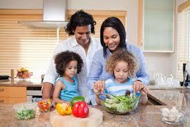 cuisine en famille famille préparant la salade ensemble dans la cuisine photo stock