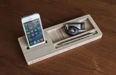 support bureau iphone une station d accueil toute en bois pour l iphone au bureau iphone