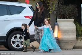 film elsa anak megan fox s son noah dons frozen dress for family lunch daily mail