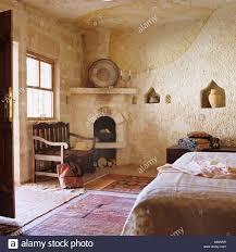 türkische schlafzimmer türkische schlafzimmer mit steinmauern und offenem kamin stockfoto