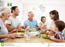 cuisine en famille famille multi de génération mangeant le repas autour de la table