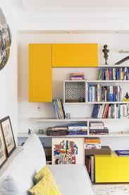 étagère derrière canapé des exemples de superbes papiers peints utilisés par les décorateurs