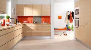 k che sockelblende sockelblende küche alu grau holzfronten hell orange spritzschutz