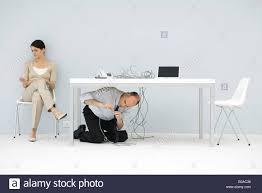 bureau de liaison en vertu de l homme à genoux les fils emmêlés bureau de liaison