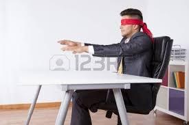 bureau homme d affaire homme d affaires à bureau avec un foulard couvrant ses yeux