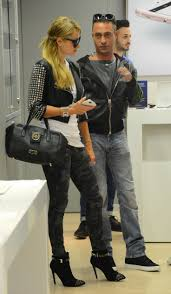 Apple Store Paris by Paris Hilton Shopping At The Apple Store 02 Gotceleb