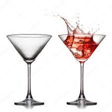 martini splash vuoto e pieno il bicchiere di martini con rosso cocktail con