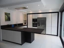 hotte cuisine plafond cuisine en laquée blanc brillant cuisine sans poignée hotte