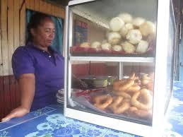 femme qui cuisine file une femme qui vendait des pains et nourritures malgache jpg