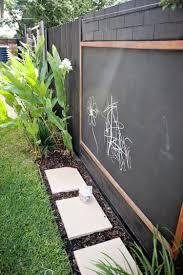 foto schultafel im garten damit die kinder malen können