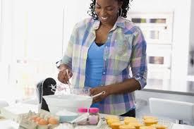femme en cuisine que révèle votre cuisine sur votre personnalité