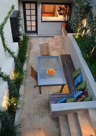 bancos de madera y mesa en el jardín pequeño patios pinterest