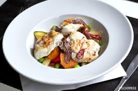 poisson cuisiné lotte poisson plat cuisiné cuisine aliment légumes stock photo