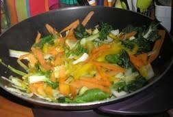 cuisiner dans un wok wok de nouilles chinoises aux légumes recette iterroir