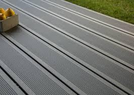 photo terrasse composite lame de terrasse en bois composite teinte gris anthracite profil