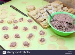 cuisine traditionnelle russe rouleau à pâtisserie la pâte et les matières des pelmeni cuisine