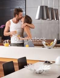 amour dans la cuisine embrasser dans la cuisine photo thinkstock