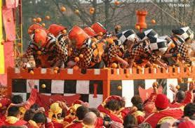 orange mardi gras traditions of mardi gras in italy orange throwing in ivrea