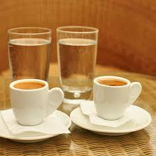 due tazze di caffè e due bicchieri d acqua immagine stock