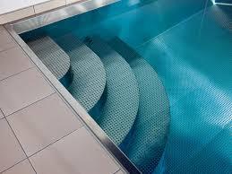 pool treppe reflexionen durch edelstahlbecken pool magazin