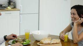 couples amour cuisine couples dans l amour prenant le petit déjeuner ensemble dans la