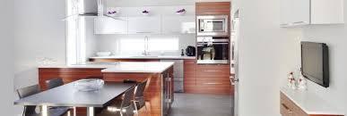 peinturer un comptoir de cuisine le pendante ronde dorée peinture murale ambre backsplash blanc