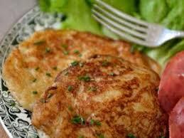 cuisine irlandaise traditionnelle le boxty pancake irlandais aux pommes de terre par une aiguille