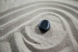 imagenes zen gratis jardín zen con arena rastrillada y piedra descargar fotos gratis