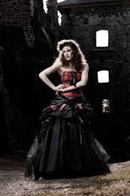 brautkleid in schwarz hochzeitskleid mit schwarz rot kariertem oberteil und schwarzem