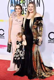 american music awards 2017 kelly clarkson walks carpet with
