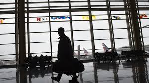 bureau d enregistrement etats unis un homme se rend nu à l aéroport et patiente au