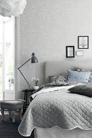 designer schlafzimmerm bel schlafzimmer grau helles bettkopfteil dunkler teppich graunuancen