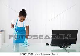 nettoyage bureau image femme concierge nettoyage bureau à chiffon k36516537