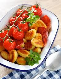 cuisiner les tomates cerises recette gnocchi a poeler au bacon et tomates cerise confites