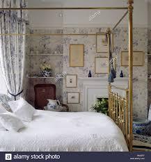 Schlafzimmer Antik Blue White Wallpaper Matching Curtains In Stockfotos U0026 Blue White