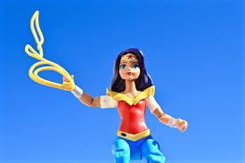 gambar gadis wanita mainan arca action figure komik kuat