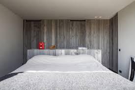 chambre avec murs bois brut