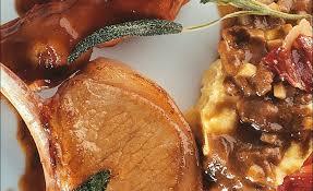 cuisiner pied de cochon côtes et pieds de cochon de lait mijotés en casserole jus à la