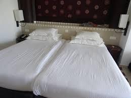 la femme de chambre lits après le passage de la femme de chambre picture of
