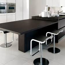 cuisine avec ilot central et table une cuisine avec îlot central côté maison