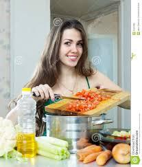 qui fait la cuisine femme avec des légumes à la cuisine image stock image du