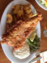fischküche leckerer frischer backfisch kartoffelspalten und remouladensauce
