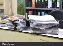 sur le bureau travailler dur beaucoup de travail piles de dossier de dossiers