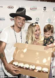 ashlee simpson and evan ross celebrate with cupcakes at malibu