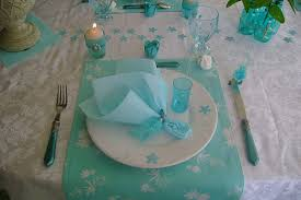 table decoration with flowers and feathers in white and turquoise
