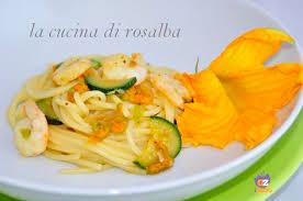 primo piatto con fiori di zucca pasta con gamberetti fiori di zucca e zucchine ricetta