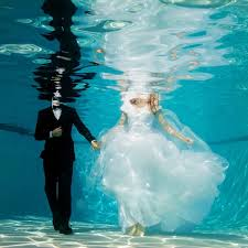 underwater wedding 15 underwater wedding and engagement photos that are amazing