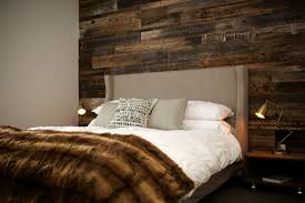 mur de chambre en bois bois de grange noir espace bois