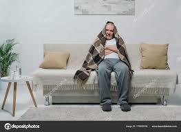 sur canapé senior homme réfrigéré couvert plaid assis sur canapé photographie