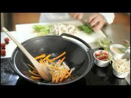 cuisiner dans un wok comment poêler au wok larousse cuisine